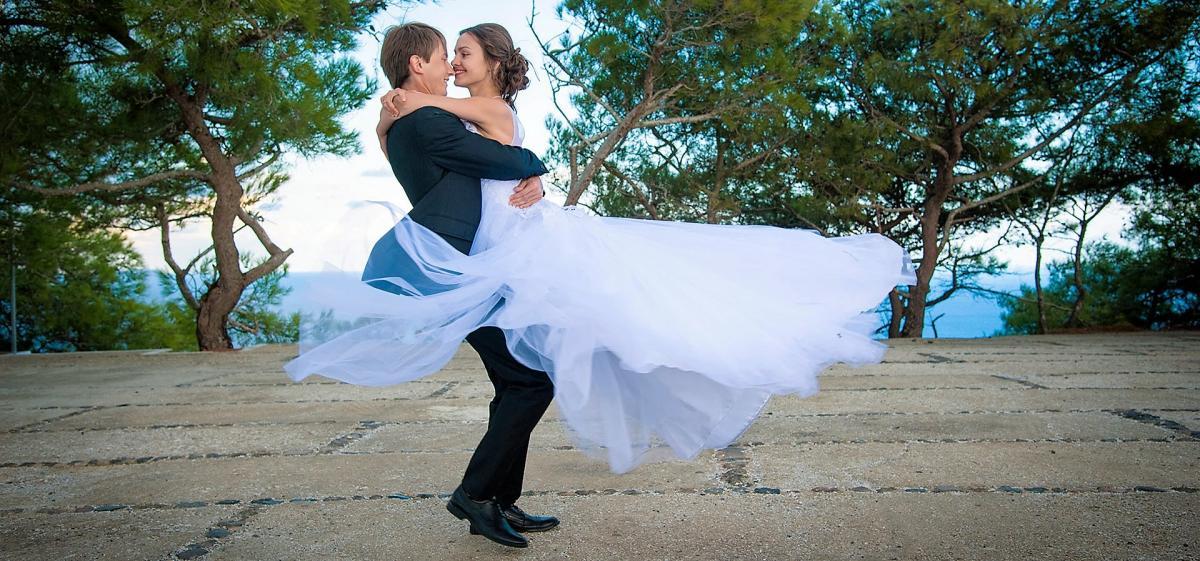 The average wedding cost in Santorini is 1200 euros